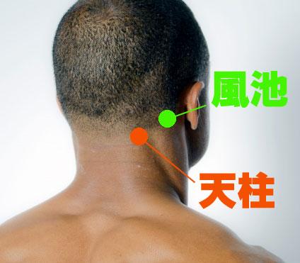 肩こり解消に効くツボ押しマッサージ3・4:天柱(てんちゅう)、風池(ふうち)